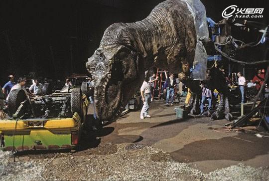 庞大的道具恐龙头撞汽车